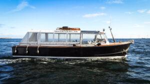 M / B Rie sejler på Øresund efter en askespredning.