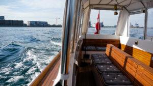 M/B Rie sejler fra Nordhavn efter en askespredning med oversigt over passagersædet.